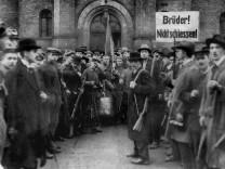 Übergabe der Garde-Ulanen-Kaserne an die Mitglieder des Arbeiter- und Soldatenrates, 1918