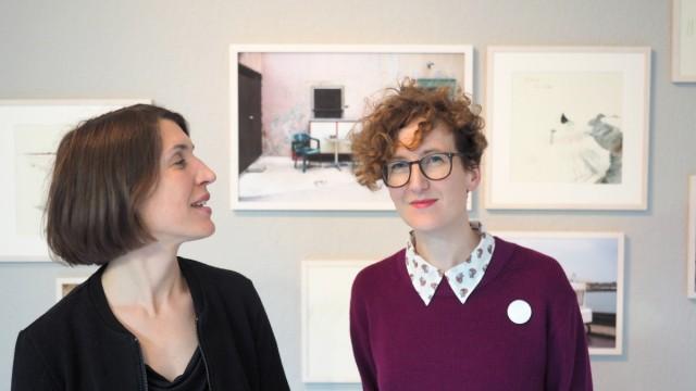 """Maria Graf und Karin Zwack, (von links) Ausstellung """"Wartezimmer, St. Bonifatius-Str.1."""