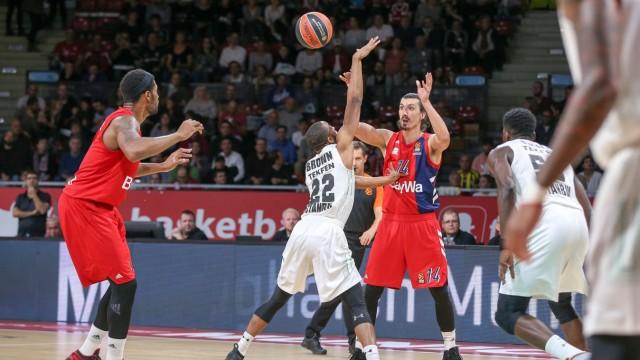 l r im Zweikampf Aktion mit Devin Booker 31 FC Bayern Basketball Markel Brown 22 Darussafaka