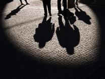 Schatten auf dem Pflasterweg