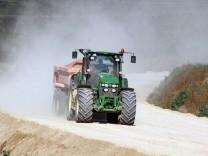 Traktor fährt heißen Reifen