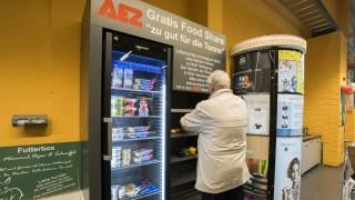 Pullach, AEZ, Kühlschrank mit abgelaufenen Lebensmitteln zum kostenlosen Mitnehmen,