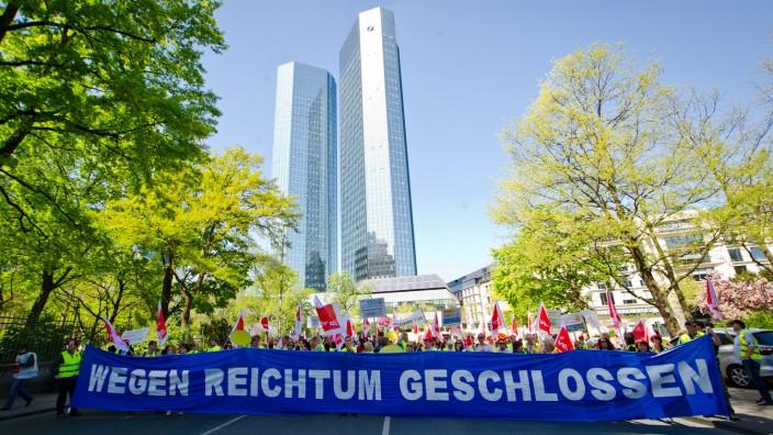 Viele Menschen streiten über die Verteilung des Wohlstands - auch solche, denen es gar nicht so übel geht. Postbank-Beschäftigte streiken vor Deutscher Bank.