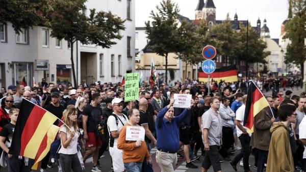 """Teilnehmer der Demo von AfD, Pegida und """"Zukunft Heimat"""" im September 2018 in Köthen"""