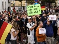 """Teilnehmer der Demo von AfD, Pegida und """"Zukunft Heimat"""" im September 2018 in Köthen."""