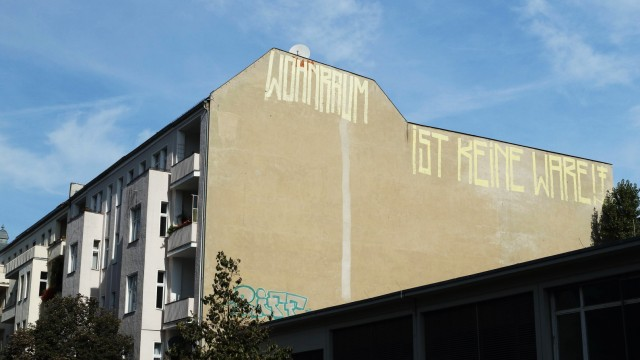 WOHNRAUM IST KEINE WARE GER Germany Deutschland Berlin 24 09 2018 Wohnen in Berlin Schrift