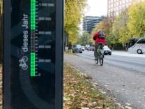 Messstation zur Zählung von vorbeifahrenden Radfahrern auf der Erhardtstraße in Höhe des Deutschen Museums, München, 30.10.2018.