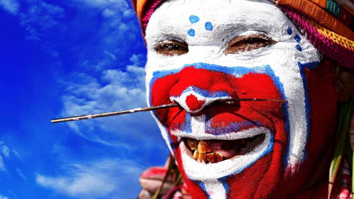 papua-neuguinea-stammest-nze-auf-dem-fu-ballplatz