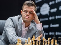 181110 Magnus Carlsen of Norway during round 2 of The FIDE World Chess Championship 2018 on Novembe; Schach-WM Magnus Carlsen
