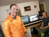 Filmemacher Felix Möller (links mit traditioneller tibetischer Kleidung oben) und Patrick Ranz in der Goldmarkstraße 9 am Arbeitsplatz