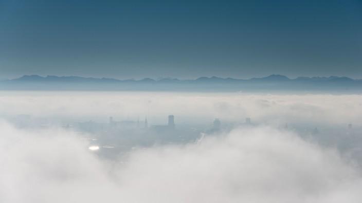 Stadtpanorama von München im Nebel, 2015
