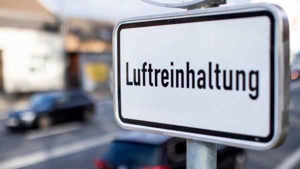 """Fahrverbote in Deutschland - Schild mit der Aufschrift """"Luftreinhaltung"""""""
