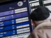 Anzeigetafel mit verspäteten Zügen