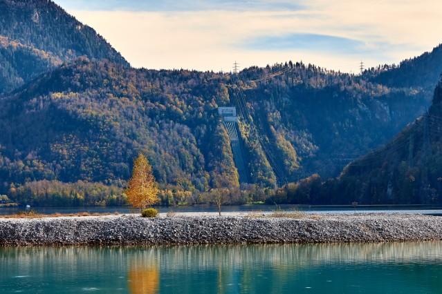 Walchenseekraftwerk mit Herbstlaub