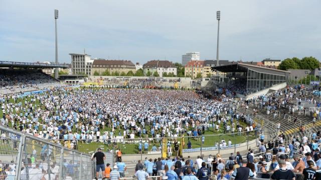 Platzsturm nach dem Schlusspfiff Schlussjubel die Fans stürmen den Platz Freude freundlich fröh