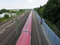 München, Trudering, Bahngleise unter Brücke Schmuckerweg, wegen Lärmschutzwand,
