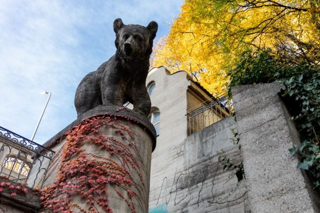 Der aus einem Kalksteinblock gehauene Korbiniansbär auf der Gebsattelbrücke in München.