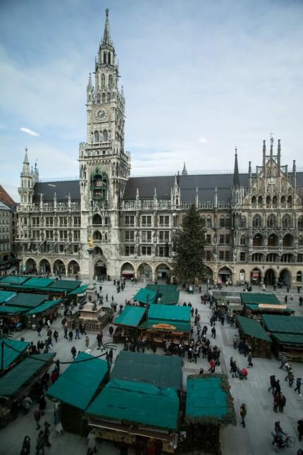 Christkindlmarkt am Marienplatz vor dem Rathaus fotografiert vom Presse Club aus im 4. Stock überm Hugendubel