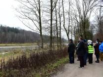 Naturschützer und Lokalpolitiker informieren sich über Baumfällungen an der Isar