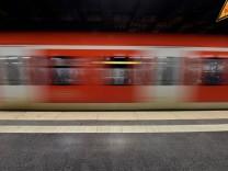 Einfahrende S Bahn aufgenommen in Muenchen Bayern am 20 Dezember 2016