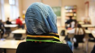 Türkische Schülerin im Unterricht