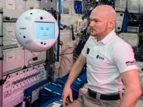 Der Astronaut Alexander Gerst mit dem Roboter Cimon.