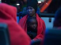 Gerettete Flüchtlinge kommen in Malaga an