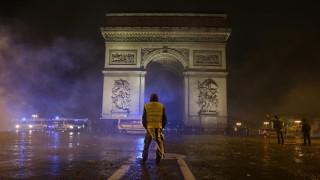 Frankreich - Demonstrant mit gelber Weste in Paris