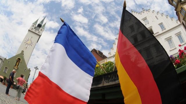 Deutsche und französische Fahnen in Straubing