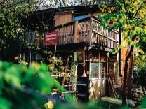 Baumhaus an der Mauer; SZ-Magazin
