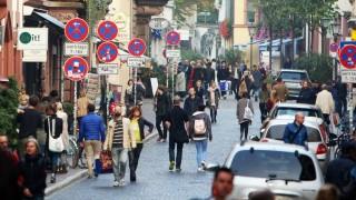 Belebte Straße in der Innenstadt von Freiburg im Breisgau Baden Württemberg Deutschland *** Bustli