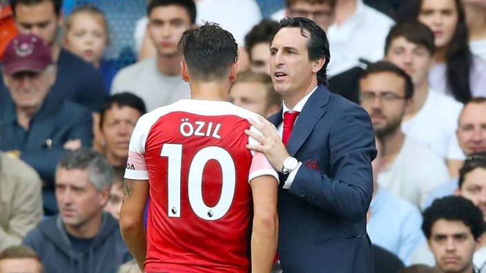 Chelsea v Arsenal Premier League Stamford Bridge Arsenal s Mesut Ozil speaks with Arsenal manage