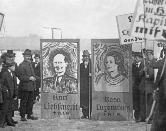 Demonstration mit Bildern von Rosa Luxemburg und Karl Liebknecht in München, 1919