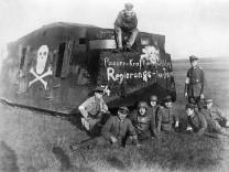 Regierungstreuer Truppen mit einem Panzer während des Januaraufstandes, 1919