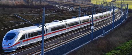 Ein ICE fährt auf der Schnellfahrstrecke von München nach Berlin.
