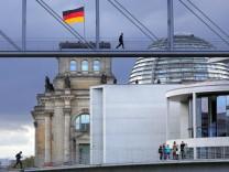 Dunkle Regenwolken über dem Reichstag