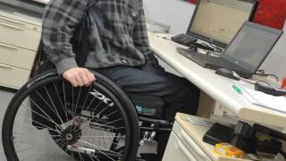 Rollstuhlfahrer am Schreibtisch