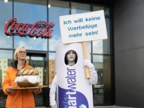 foodwatch-Protestaktion bei Coca-Cola