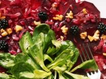 Nur für Das Rezept Rote-Bete-Carpaccio mit Feldsalat, Walnüssen und Beeren von Christian Jürgens Foto Reinhard Hunger