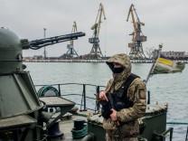 Ukrainischer Grenzsoldat im Hafen von Mariupol am Asowschen Meer.