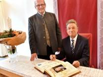 Berg RH, Dr. Lorenz Friedrich träg sich ins Goldene Buch der Gemeinde ein