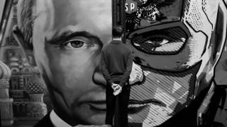 """Im Land von """"Super-Putin"""". Besucher vor einem Wandgemälde in der gleichnamigen Ausstellung 2017."""