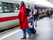Bahnreisende im Bahnhof