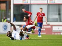 Paterson Chato Nguendong Sportfreunde Lotte 15 gegen Stefan Schimmer SpVgg Unterhaching 11 DFB