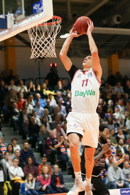 Vladimir Lucic 11 FC Bayern Basketball springt zum Korb und macht den Dunk Science City Jena vs