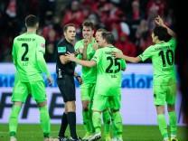 Hannover 96 - Spieler diskutieren in Mainz mit Schiedsrichter Robert Hartmann