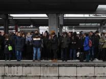 Bahnstreik in München: Wartende am Montagmorgen am Hauptbahnhof.