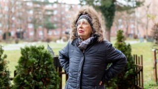 Portrait der Rentnerin Vanda Kovac im Garten ihrer Wohnung am Oskar-Maria-Graf-Ring 38 am 30.11.2018 in München.