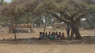 In Endayesus in Äthiopien werden die Kinder im Freien unterrichtet.
