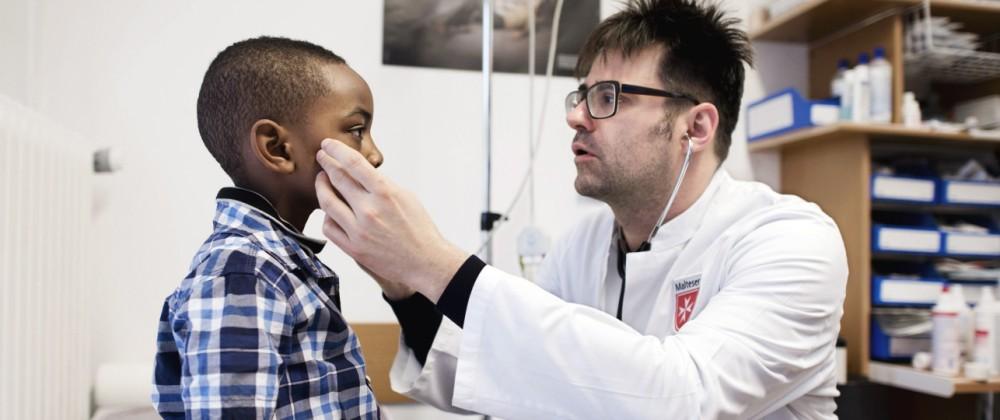 Malteser Migranten Medizin DEU Deutschland Germany Berlin 14 10 2015 Arzt Dr med Hanno Klemm vo